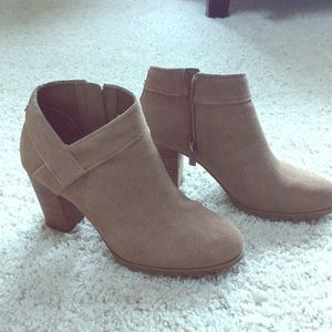 Kookaburra by UGG women's suede ankle boots